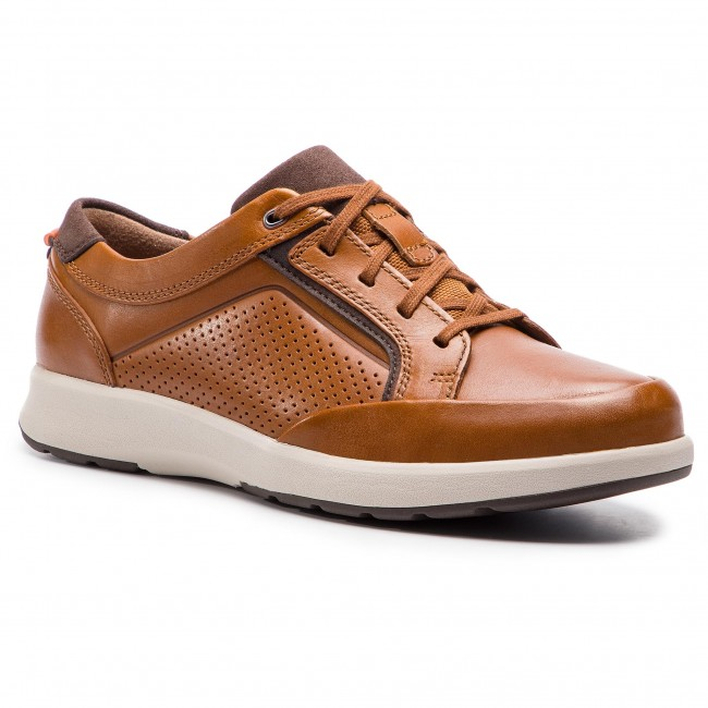 b9485435084763 Chaussures basses CLARKS - Un Trail Form 261409777 Tan Leather ...